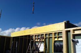Montage des murs ossature bois avec grue