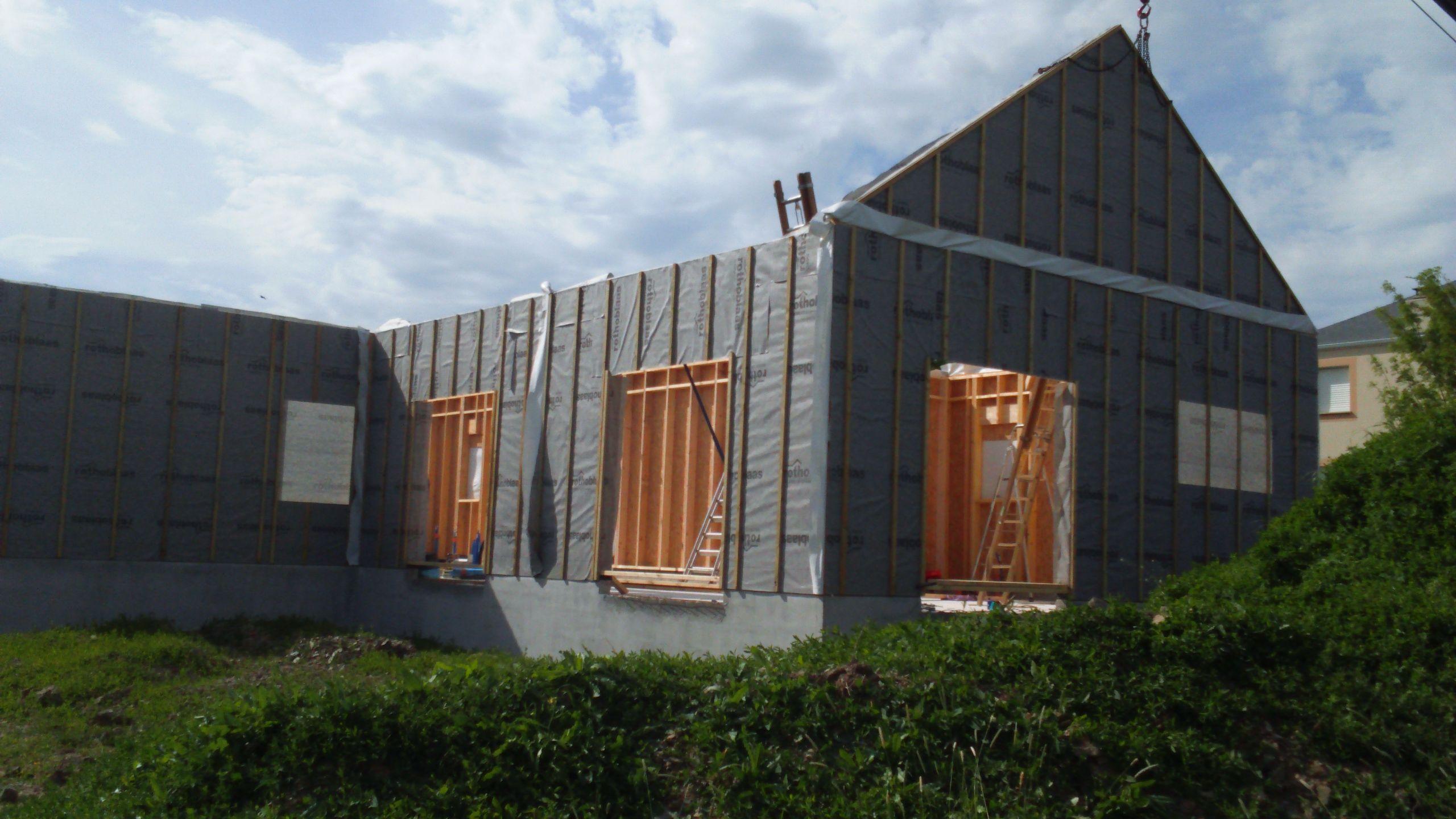 Montage des murs ossature bois avec la grue